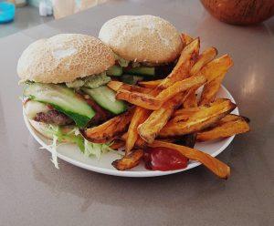 hamburger met zoete aardappel patat