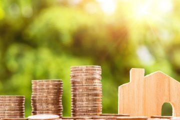 stapel geld en huis symbolisch voor hypotheek